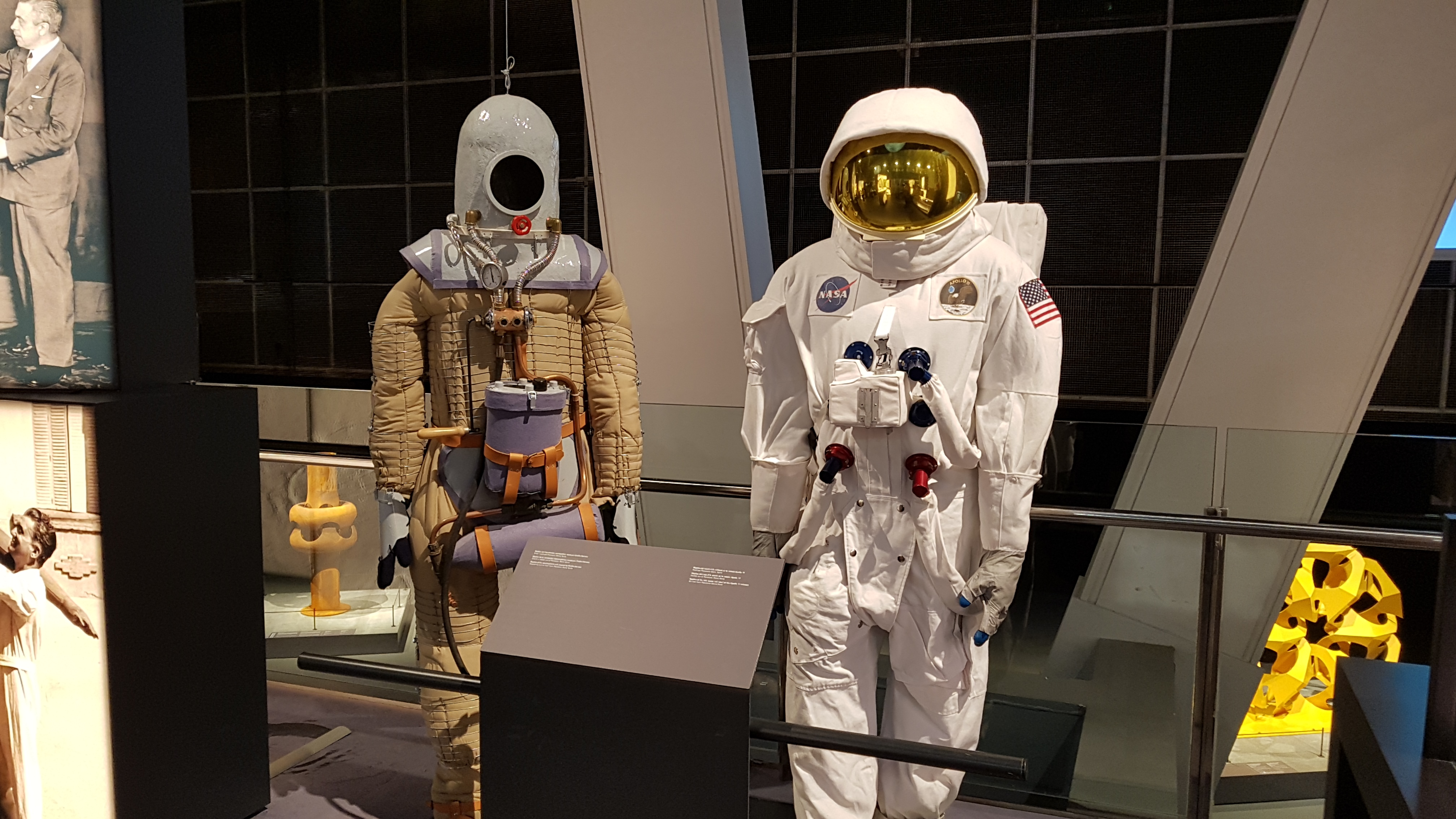 <picture showing side by side replicas of the space suit made by Emilio Herrera and the space suit used on Apollo 11.