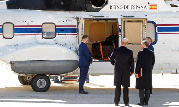 Franco's corpse being introduced inside an helicopter
